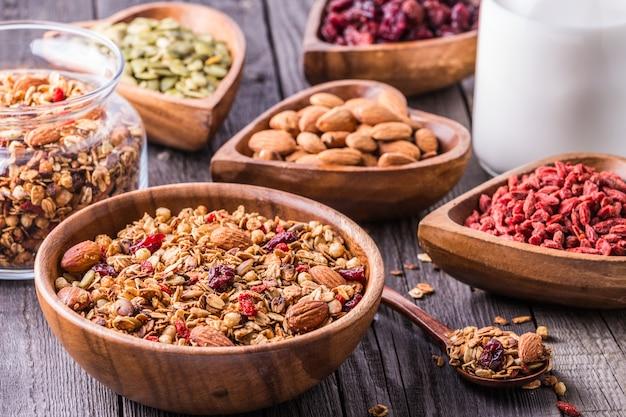 Granola caseira com leite, frutas, sementes e nozes