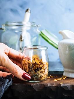 Granola caseira com mel e castanhas