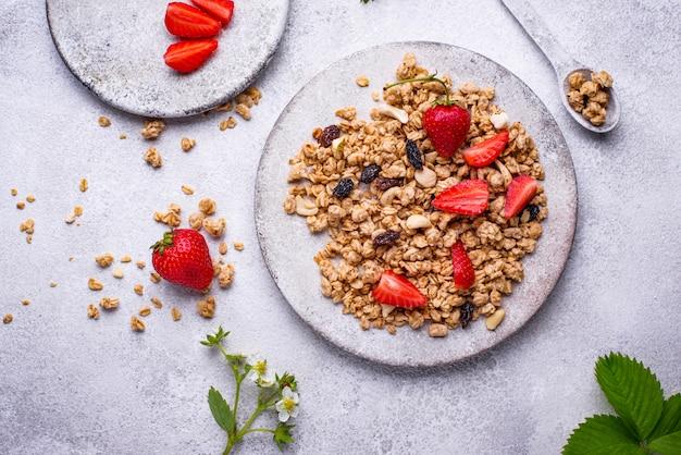 Granola caseira com morango fresco