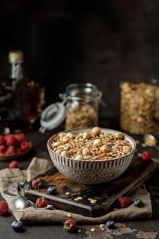 Granola caseira com nozes granola com xarope de bordo, lanche vegano saudável