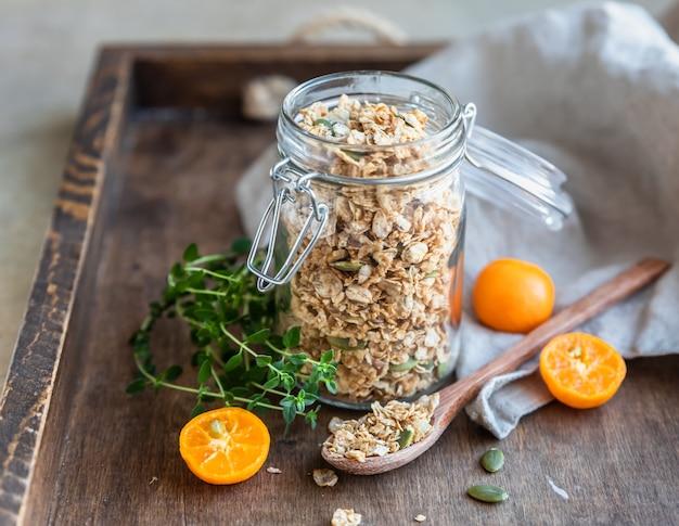Granola caseira com sementes de abóbora em uma jarra de vidro cereais secos para o café da manhã conceito de café da manhã
