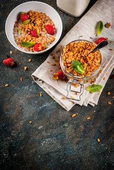 Granola caseira da mistura de cereais com morango