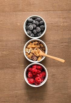 Granola caseira de vista superior com frutas na mesa