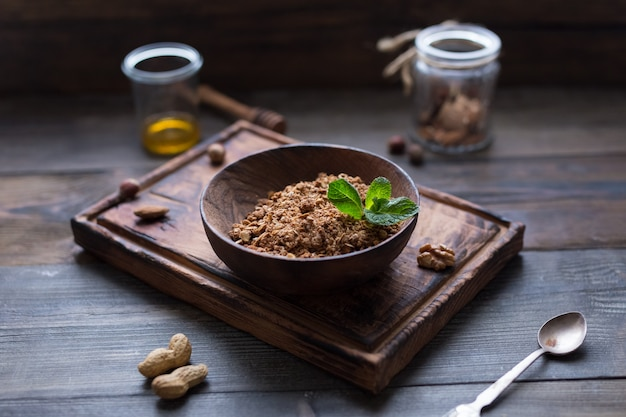 Granola caseira em tigela de madeira. café da manhã. manhã. conceito de comida saudável. vista do topo