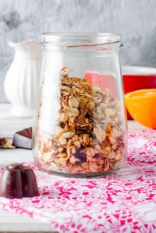 Granola caseira em uma jarra