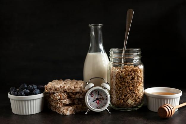 Granola caseiro, muesli com mirtilo fresco maduro, mel, bolos multigrãos, chocolate branco e leite