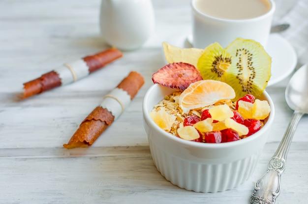 Granola com frutas, batatas fritas e café