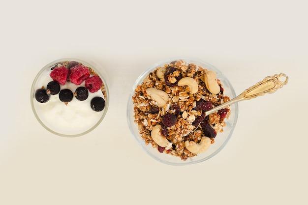 Granola com frutas e iogurte em um fundo branco. pequeno-almoço americano tradicional