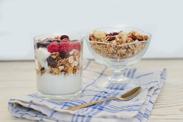 Granola com frutas e iogurte em uma mesa de madeira. pequeno-almoço americano tradicional