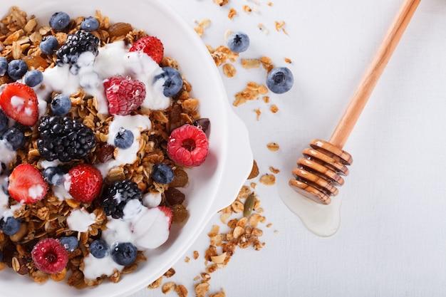 Granola com frutas frescas. verão saudável café da manhã.