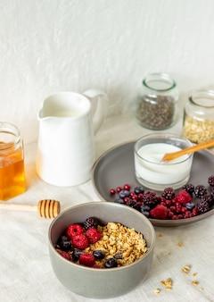 Granola com frutas, iogurte e mel.