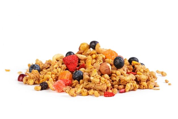 Granola com frutas secas, isolado no branco