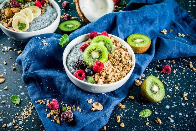 Granola com iogurte de sementes de chia, frutas frescas e frutas