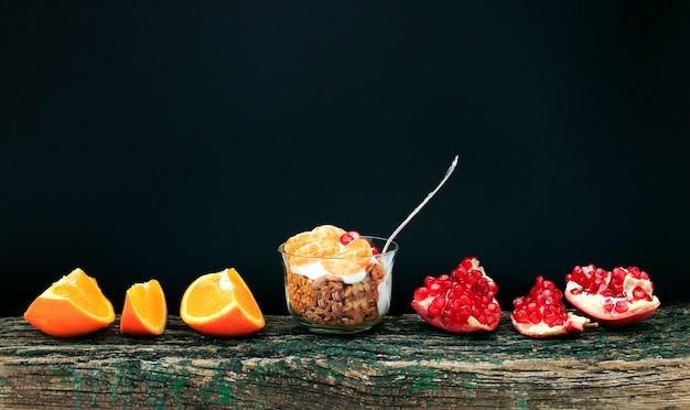 Granola com iogurte e frutas em um copo pequeno