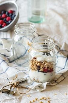 Granola com iogurte e frutas