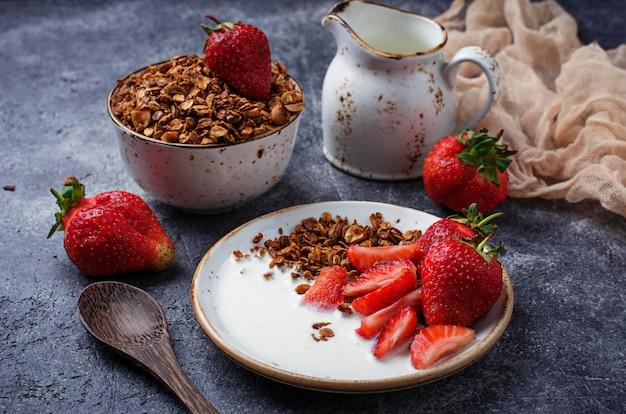 Granola com iogurte e morangos. foco seletivo