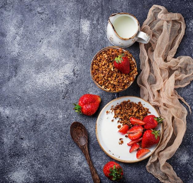 Granola com iogurte e morangos