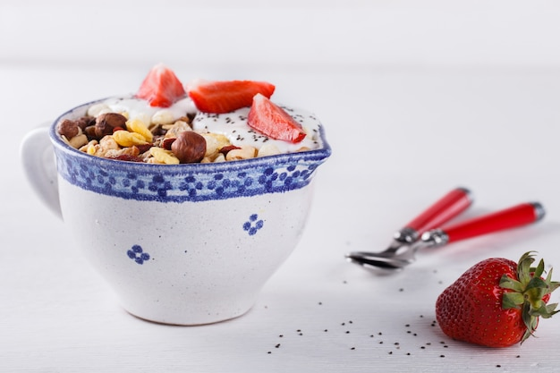 Granola com iogurte, morangos café da manhã saudável de verão.