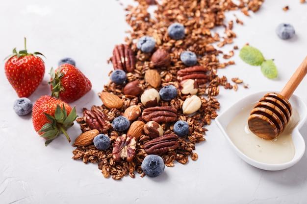 Granola com nozes. café da manhã saudável de verão