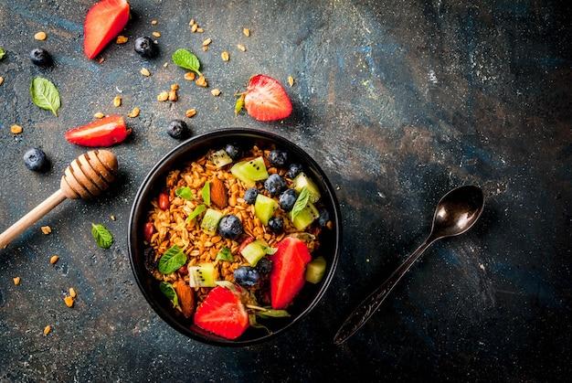 Granola com nozes, frutas frescas e frutas