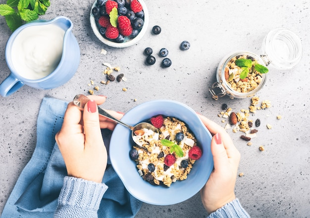 Granola de aveia com frutas e iogurte