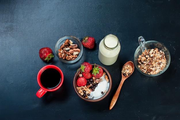 Granola de café da manhã, uma xícara de café