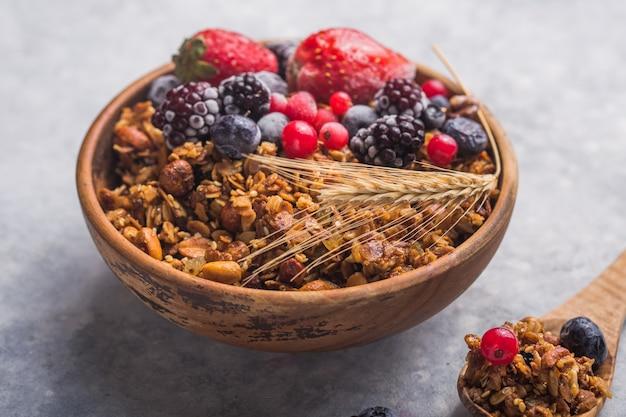 Granola de manhã e frutas na tigela