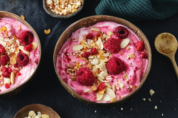Granola de muesli com iogurte e frutas vermelhas servida em uma tigela na mesa
