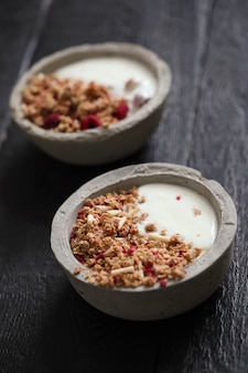 Granola. delicioso café da manhã na mesa