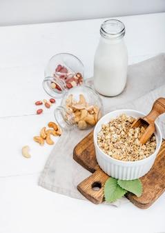 Granola e leite em um fundo claro