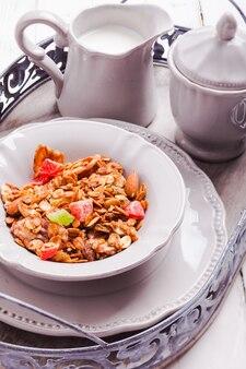 Granola e leite na bandeja, para o café da manhã