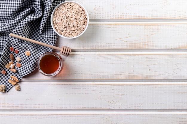 Granola e mel para espaço de cópia