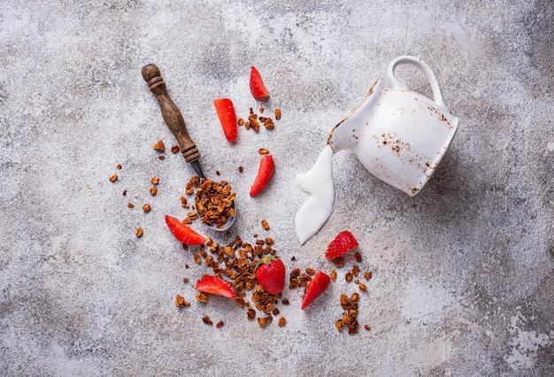 Granola e morango, café da manhã saudável
