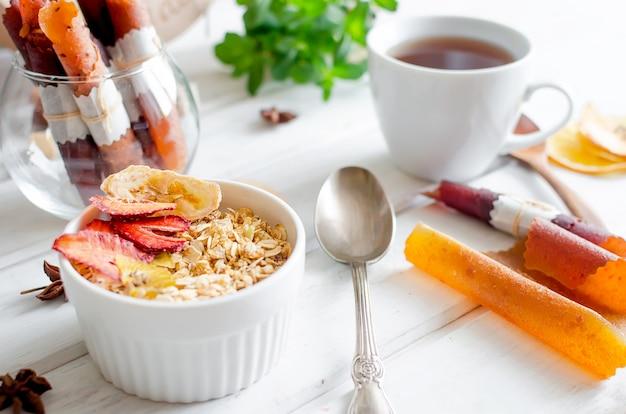 Granola fresca, muesli com amêndoas, amendoim, sementes e chips de frutas variadas