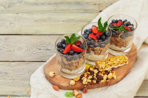 Granola, iogurte e morangos em uma jarra
