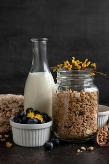 Granola, muesli com mirtilo fresco maduro, mel, bolos multigrãos, chocolate branco e leite