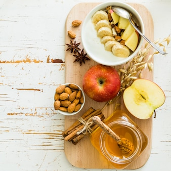Granola outono com banana e amêndoa