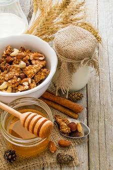 Granola outono com nozes e iogurte