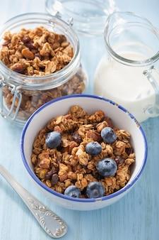 Granola saudável caseira com mirtilo no café da manhã