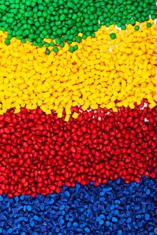 Granulado de plástico colorido para processo de moldagem por injeção
