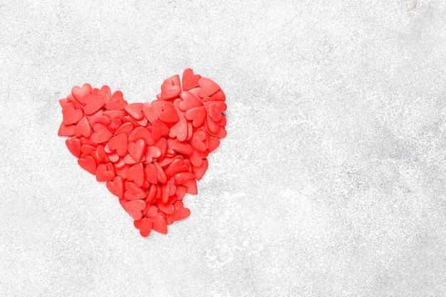 Granulado em forma de coração vermelho de dia dos namorados.