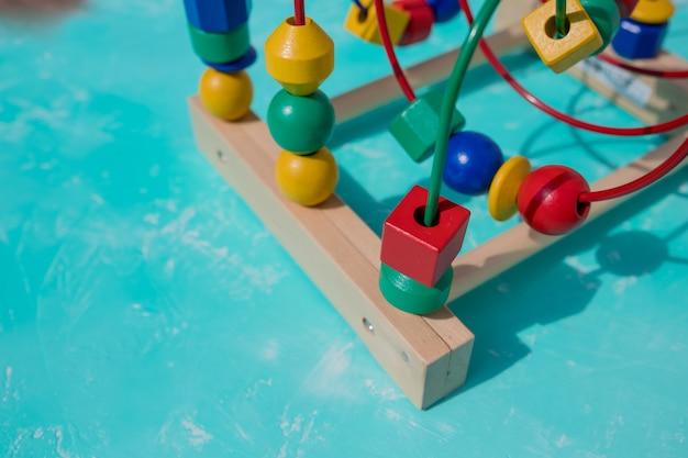 Grânulo colorido em um brinquedo tradicional de labirinto de arame. brinquedo de labirinto de atividade de montanha-russa de miçangas para crianças. desenvolvimento de brinquedos.