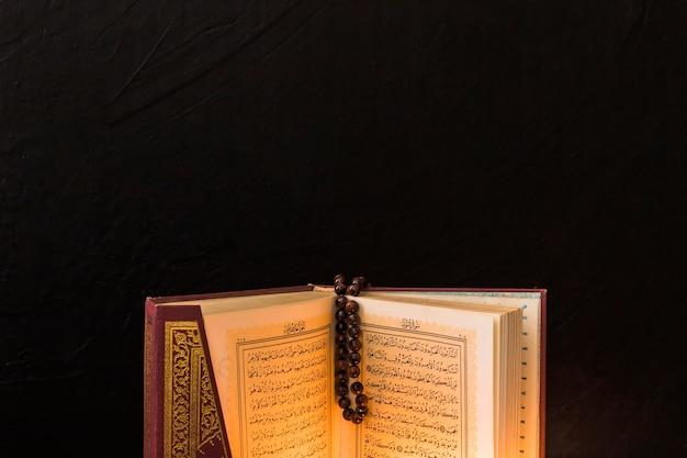 Grânulo de oração no livro muçulmano aberto