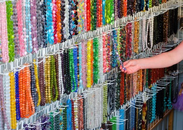 Grânulos coloridos brilhantes. ornamentos decorativos para as mulheres.