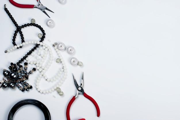 Grânulos e ferramentas em um fundo branco