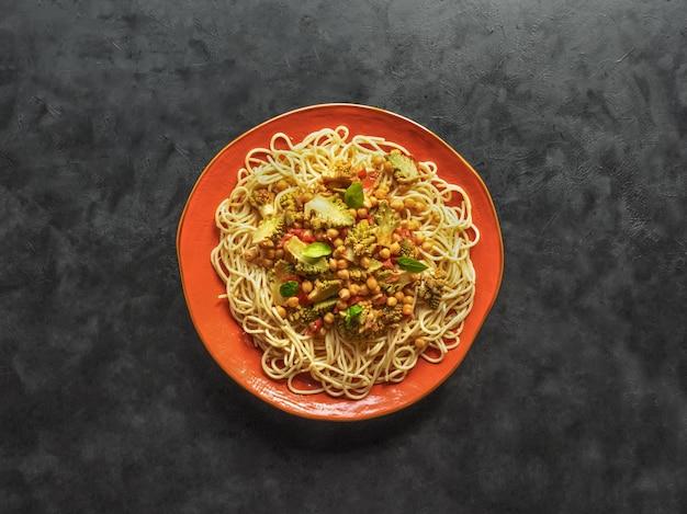 Grão de bico curry macarrão na mesa preta.
