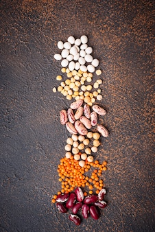 Grão de bico, lentilhas vermelhas, ervilhas amarelas e feijão.