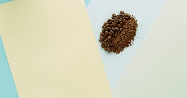 Grão de café e café granulado em papel