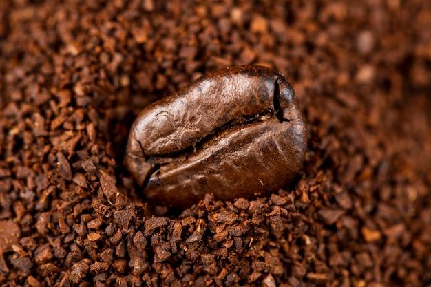 Grão de café em close-up em pó de café