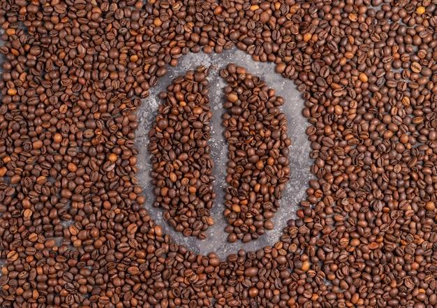 Grão de café feito de grãos de café em fundo cinza